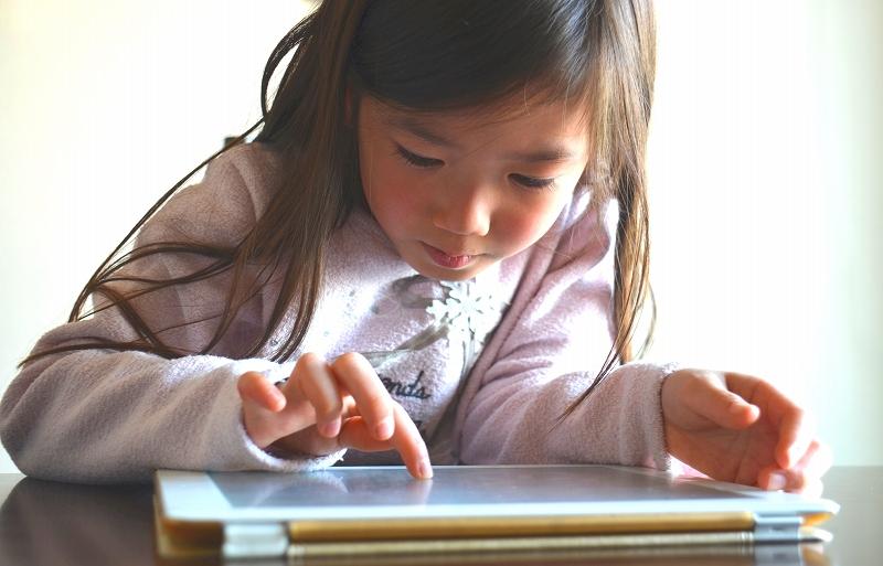 小学生向けのおすすめ通信教材!紙教材やタブレット教材の違いやメリットも紹介!