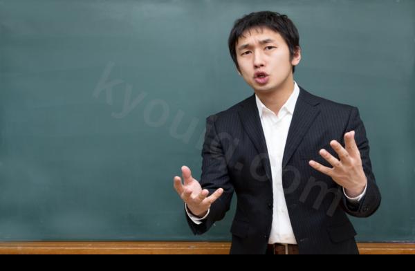 熱心に授業する講師