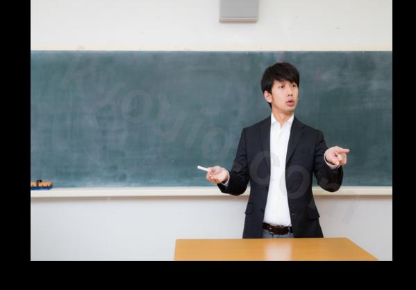 熱心に授業する男性講師