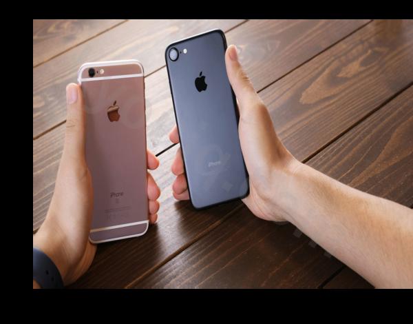 携帯比較する様子